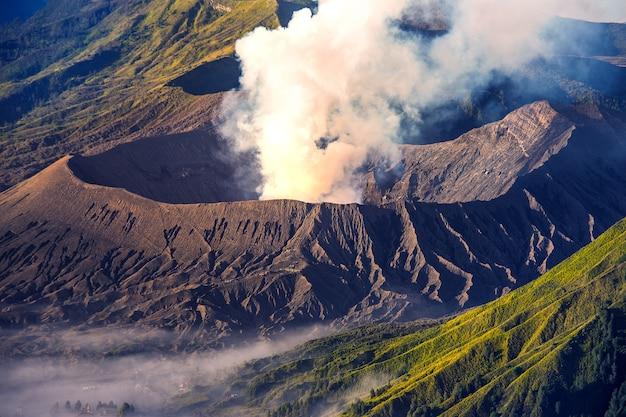 Vulcão do monte bromo no monte penanjakan no parque nacional bromo tengger semeru, java oriental, indonésia