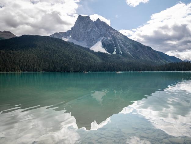 Vulcão em forma de montanha refletida em um lago colorido e cristalino
