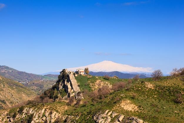 Vulcão etna e o campo da sicília
