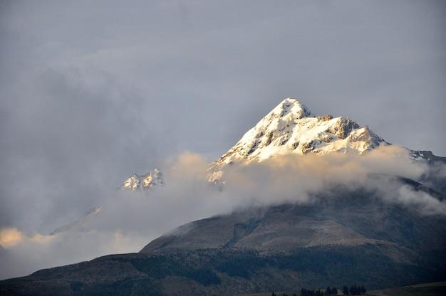 Vulcão ilinizas no equador