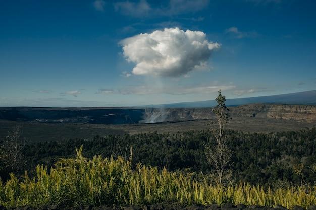 Vulcão kilauea na ilha grande do havaí e sua nuvem de gás tóxico subindo para a atmosfera.
