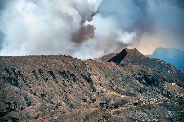 Vulcão monte bromo no parque nacional bromo tengger semeru, java oriental, indonésia