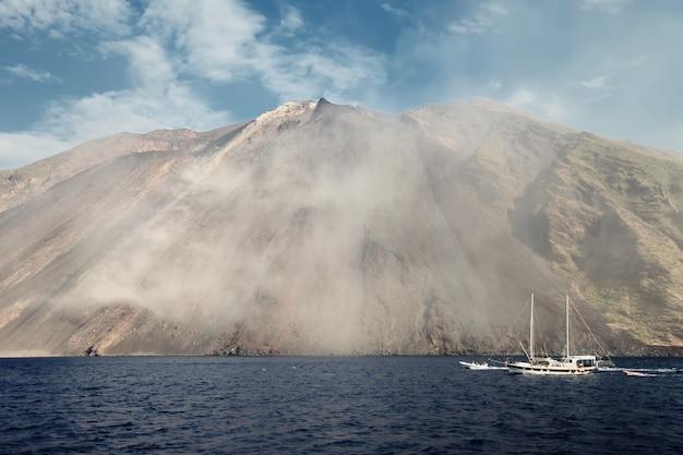 Vulcão stromboli na itália
