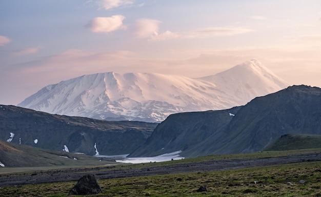 Vulcão tolbachik - um vulcão ativo no extremo leste da rússia, península kamchatka