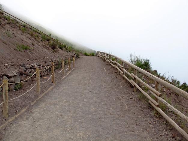 Vulcão vesúvio no nevoeiro, itália