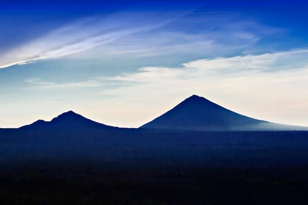 Vulcões ao nascer do sol