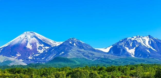 Vulcões avachinsky e kozelsky em kamchatka no outono com topo coberto de neve