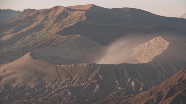 Vulcões bromo, batok e semeru ao nascer do sol