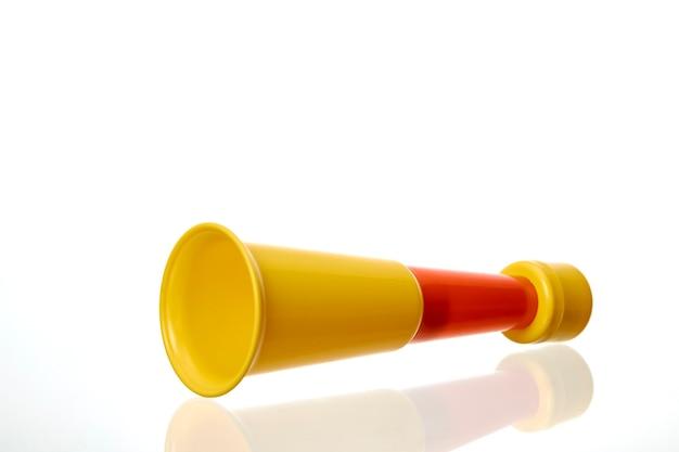 Vuvuzela vermelha alternada trompete de apoio de torcida amarela em um fundo branco