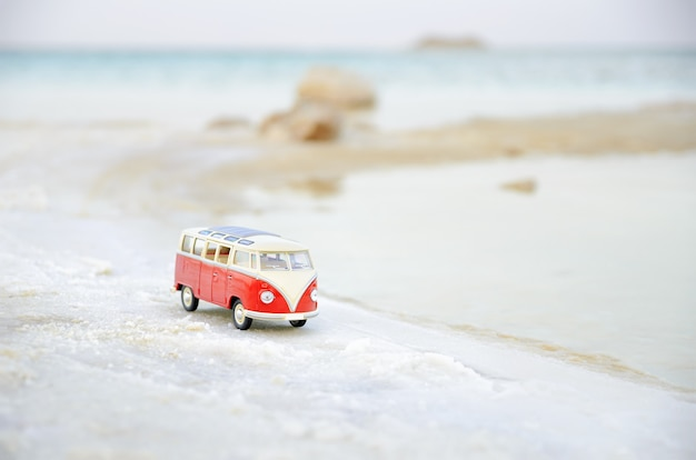 Vw bulli em miniatura na praia em foco suave