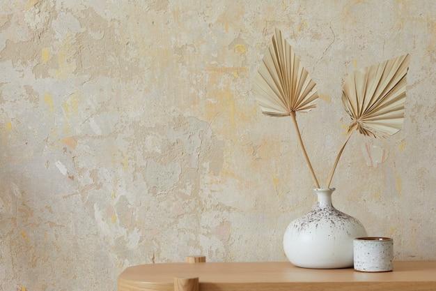 Wabi sabi interior da sala de estar com console de madeira, flores de papel em um vaso, acessórios e espaço de cópia. conceito minimalista ..
