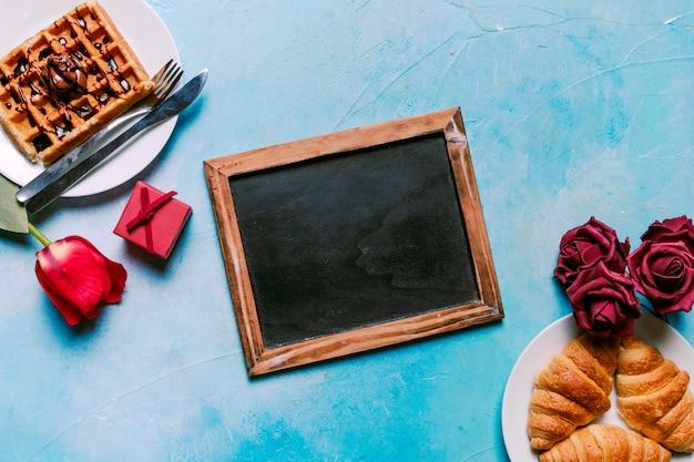 Waffle belga com croissants e quadro de giz