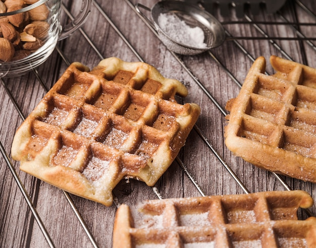 Waffle belga de close-up com amêndoas