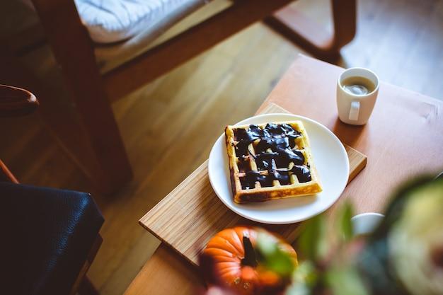 Waffle caseiro de abóbora com cobertura de chocolate escuro