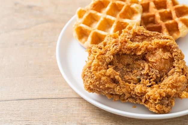 Waffle caseiro de frango frito com mel ou xarope de bordo