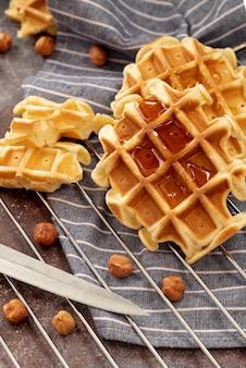 Waffle coberto de mel com avelãs