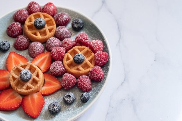 Waffle com frutas vermelhas para crianças