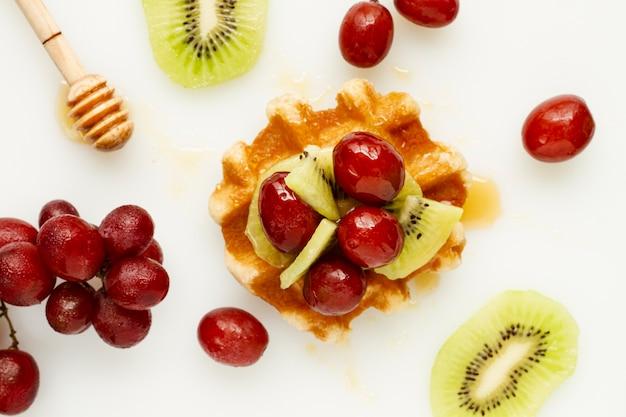 Waffle com mel e mistura de frutas