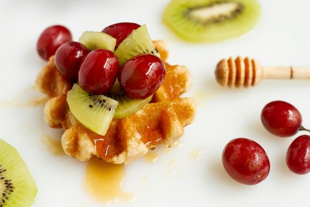 Waffle com mistura de frutas e mel