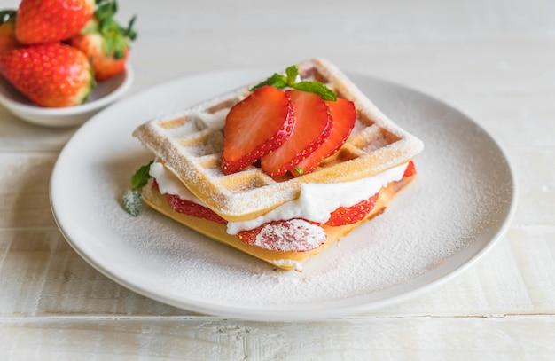 Waffle com morango na madeira