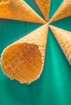 Waffle cup sorvete em uma madeira elegante
