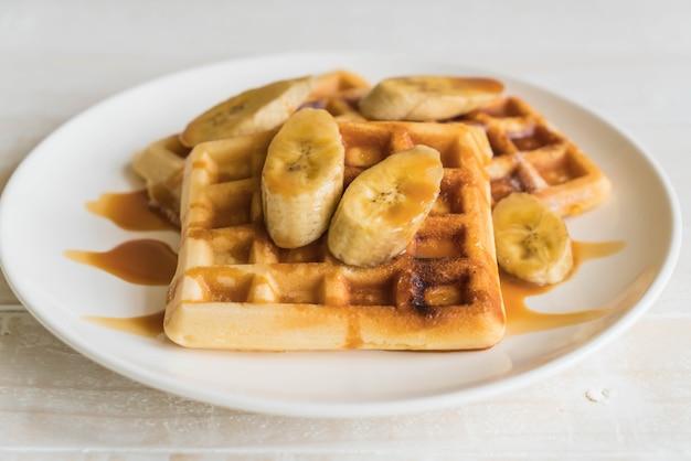 Waffle de banana com caramelo