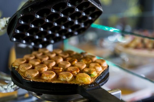 Waffle de bolha feito à máquina na loja, waffle de bolha de hong kong