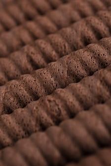 Waffle de chocolate rola em uma linha