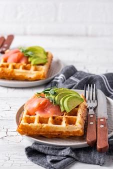Waffle de queijo ceto com abacate
