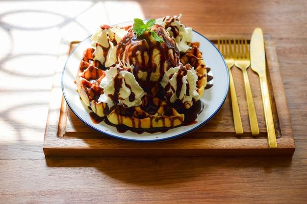 Waffle doce e creme na mesa de madeira