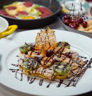Waffle kiwi, banana, framboesa e chocolate