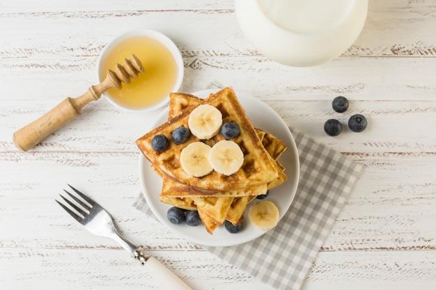 Waffle vista superior com frutas