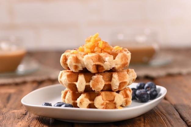 Waffles apetitosos com geléia para sobremesa