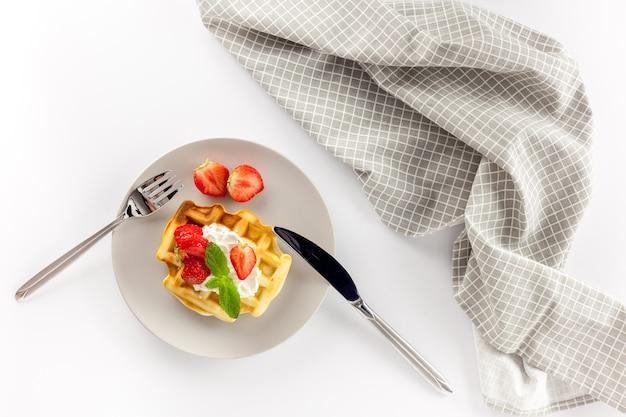 Waffles belgas caseiros na mesa servida em branco