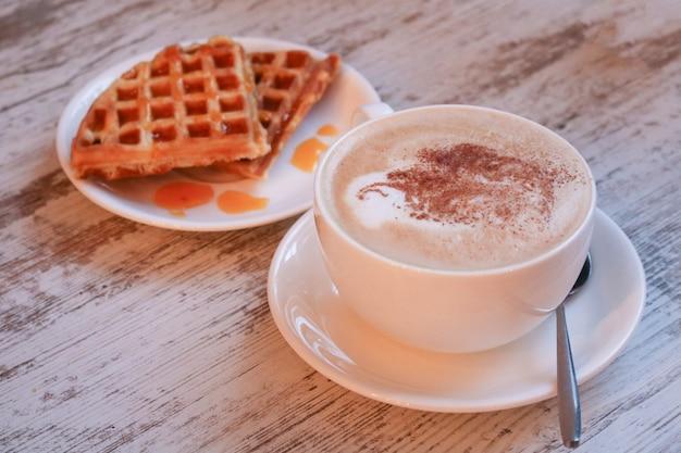 Waffles belgas com calda. o conceito de um café da manhã lento. café da manhã.