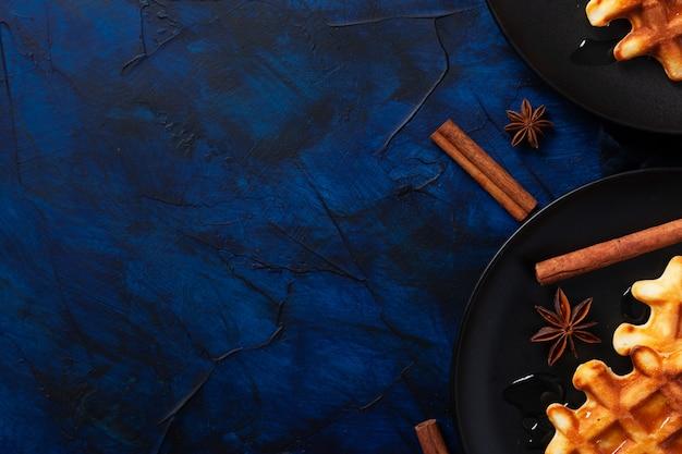 Waffles belgas com canela e anis em azul escuro