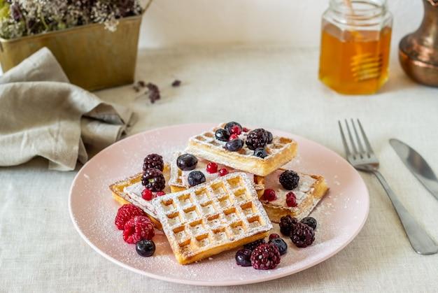Waffles belgas com frutas e mel