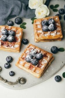 Waffles belgas com frutas frescas e hortelã