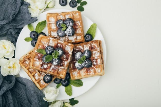 Waffles belgas com mirtilos no café da manhã
