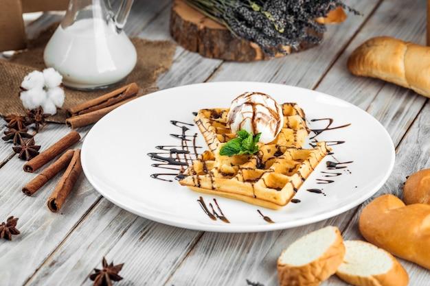 Waffles belgas com sorvete e calda de chocolate