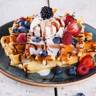 Waffles belgas com sorvete, frutas frescas