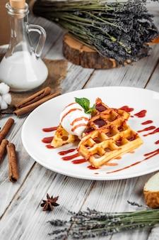 Waffles belgas derramados com calda de sorvete