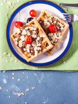 Waffles belgas doces com cerejas de chocolate e amêndoas