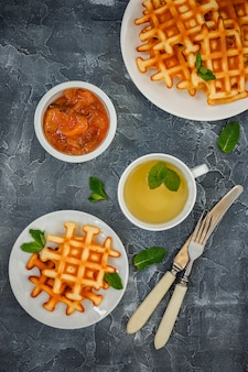 Waffles belgas e chá.