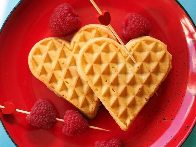 Waffles belgas em forma de coração com framboesas