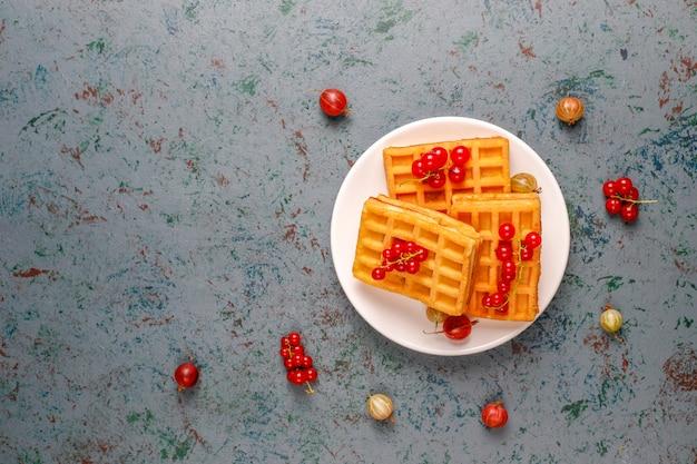 Waffles belgas quadrados com nêspera e mel