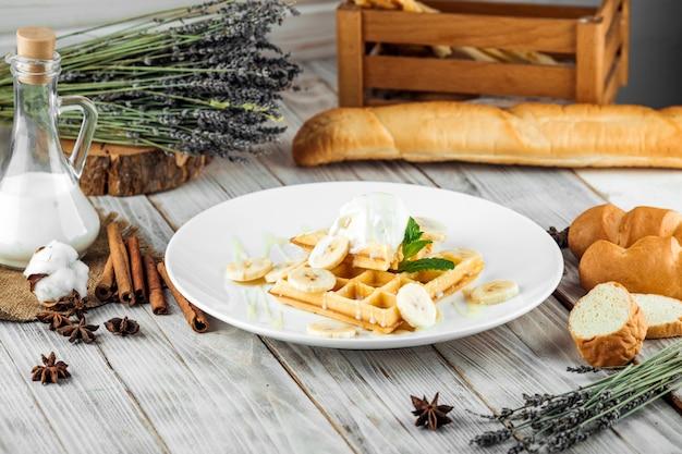 Waffles belgas servidos com calda de sorvete de banana