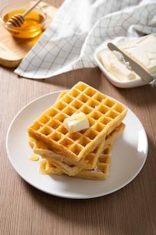 Waffles belgas tradicionais em um prato. comida rápida