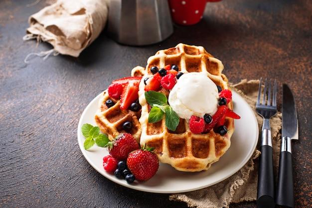 Waffles bélgica com frutas e sorvete