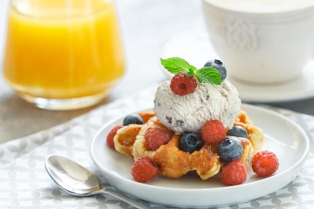 Waffles caseiros com sorvete e frutas frescas